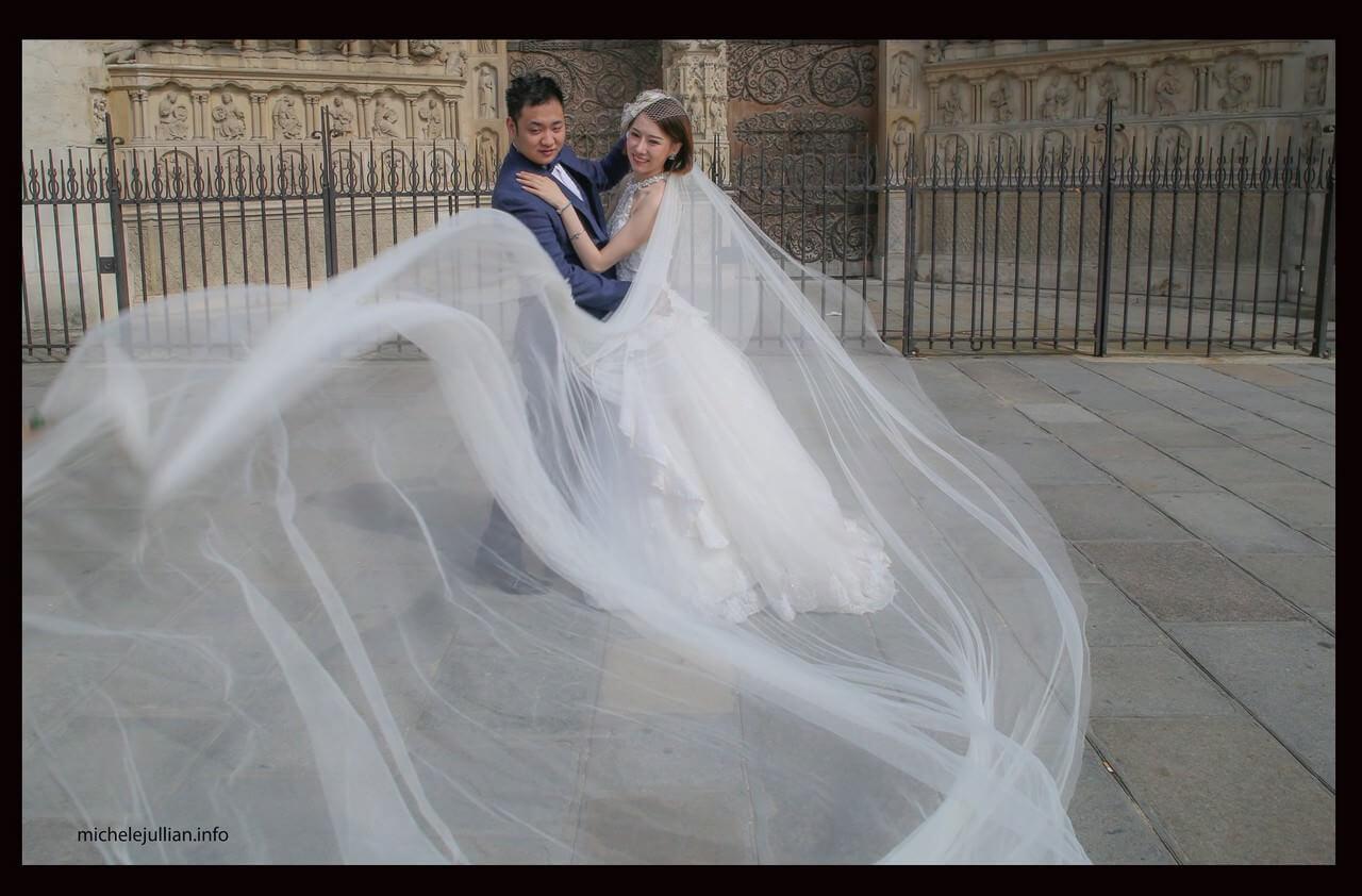 Voile de la mariée romantisme à Paris avec des mariés chinois sur le parvis de la cathédrale