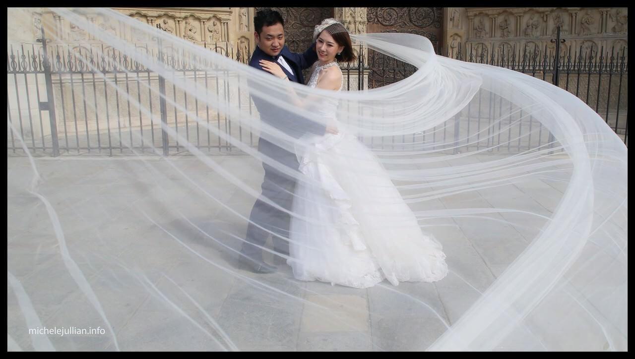 couple de mariés chinois devant notre Dame de Paris romantique