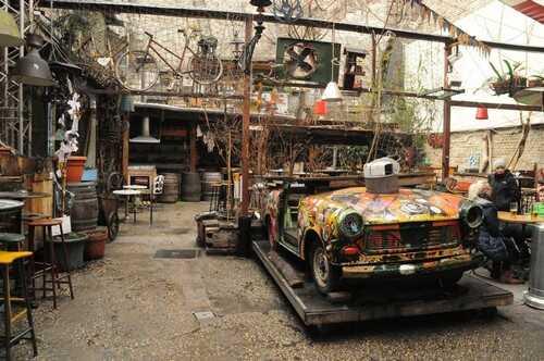 vieille trabant décorée dans un ruins bar de budapest