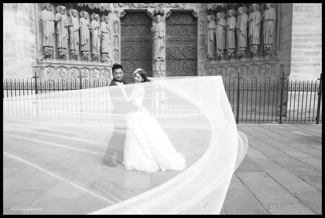 voile et mariés chinois à paris en noir et blanc