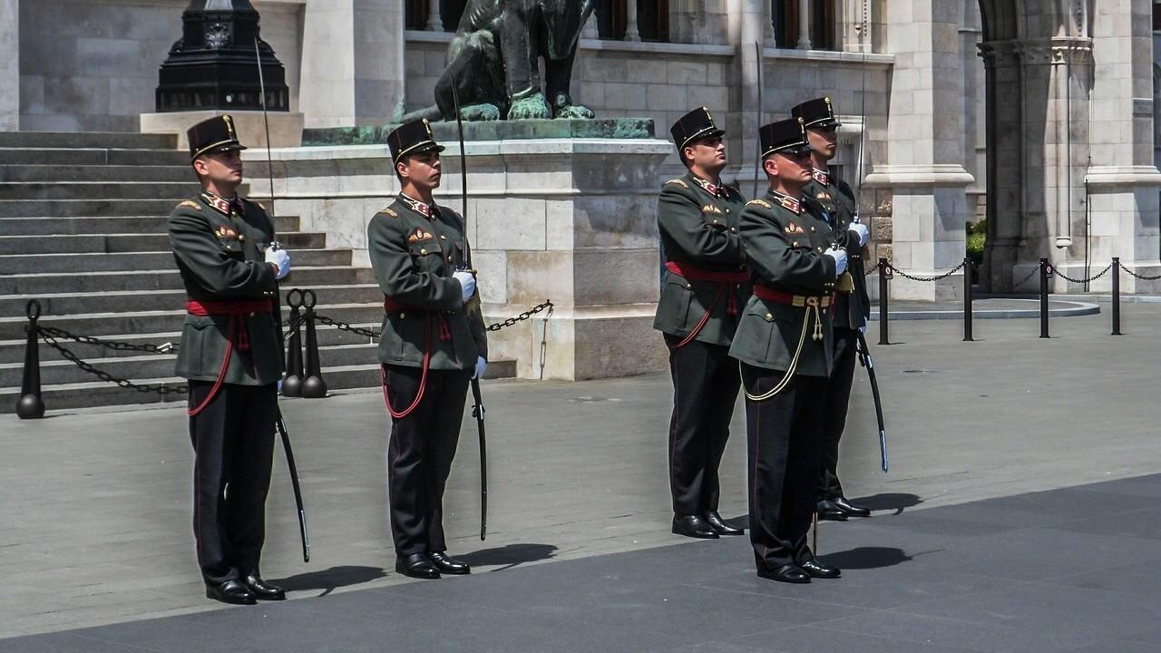 Gardes devant le parlement de Budapest