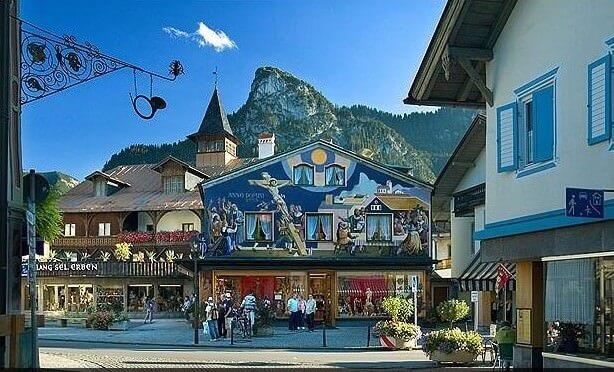 Oberammergau façade avec la scene de la passion du Christ