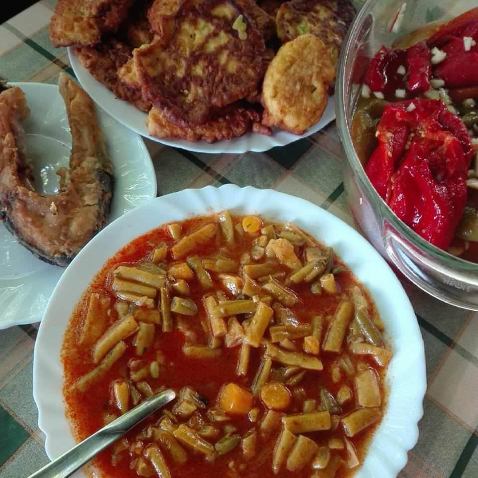 Repas poisson poivrons soupe de haricots et courgettes panées chez Lackovic