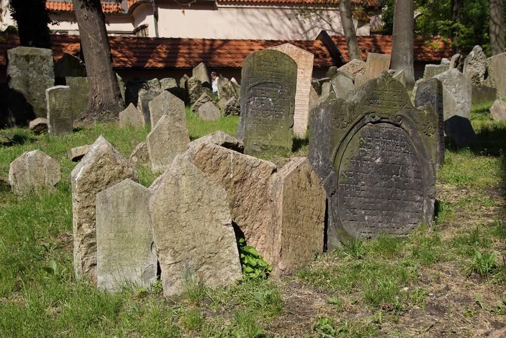 Tombes du plus vieux cimetière juif d'europe à Prague