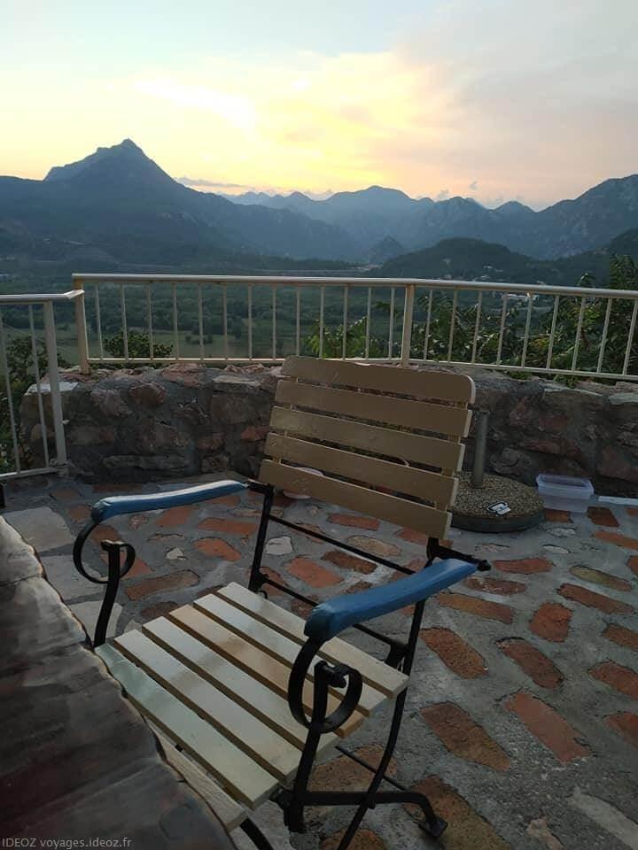 Badanj Village Rooms vue sur les montagnes du Montenegro