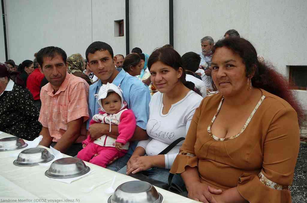 Famille tzigane roumaine lors du repas de la fete du monastère d'Ostrov