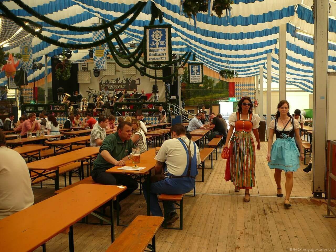 Femmes en costumes traditionnels bavarois à Fruhlingsfest à Munich
