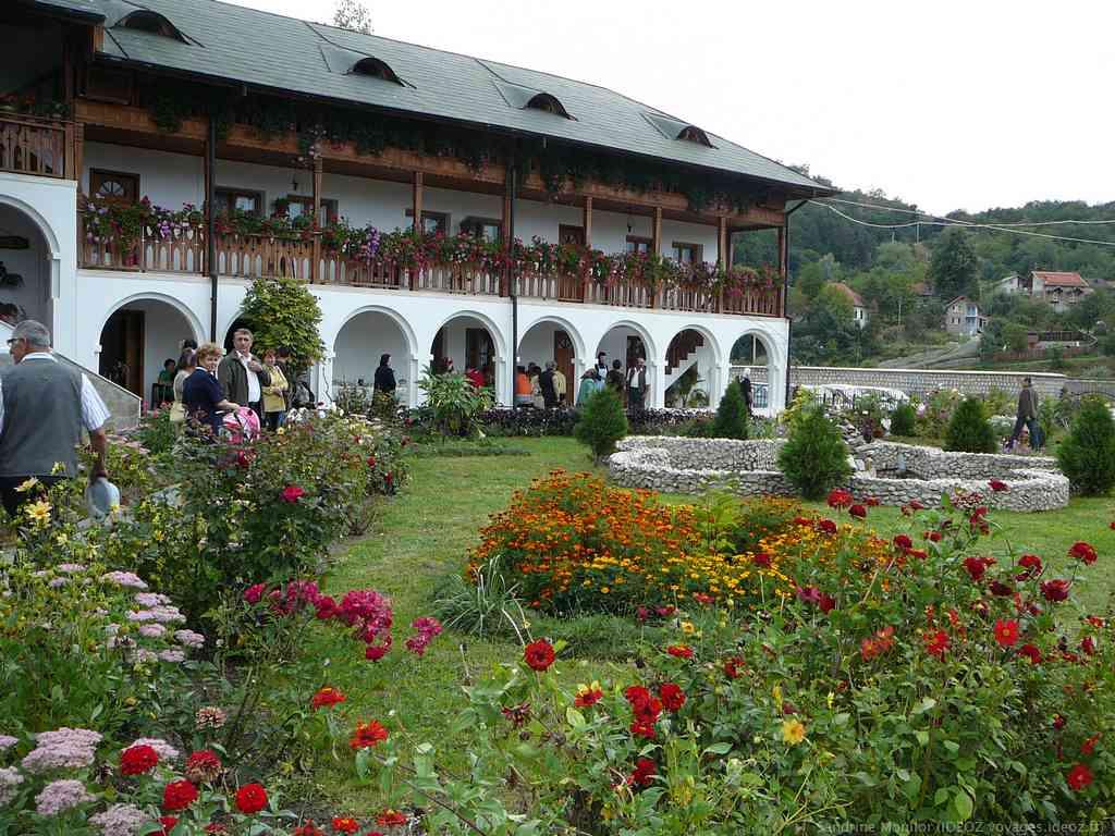 Jardin en fleurs dans le monastère d'Ostrov