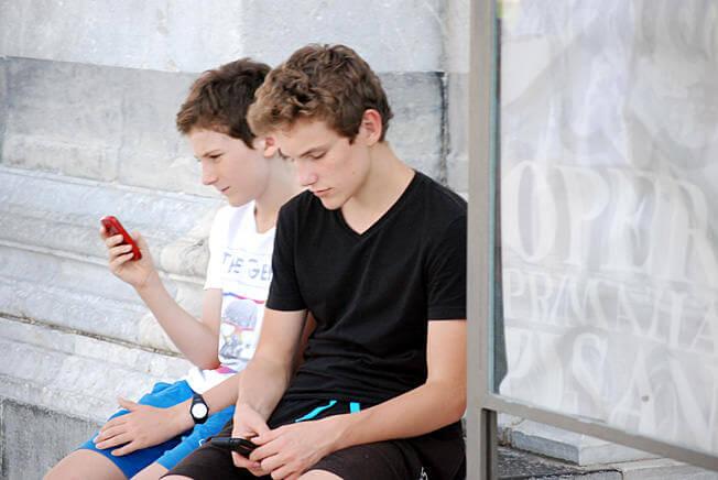 Pise adolescents consultant leur smartphone