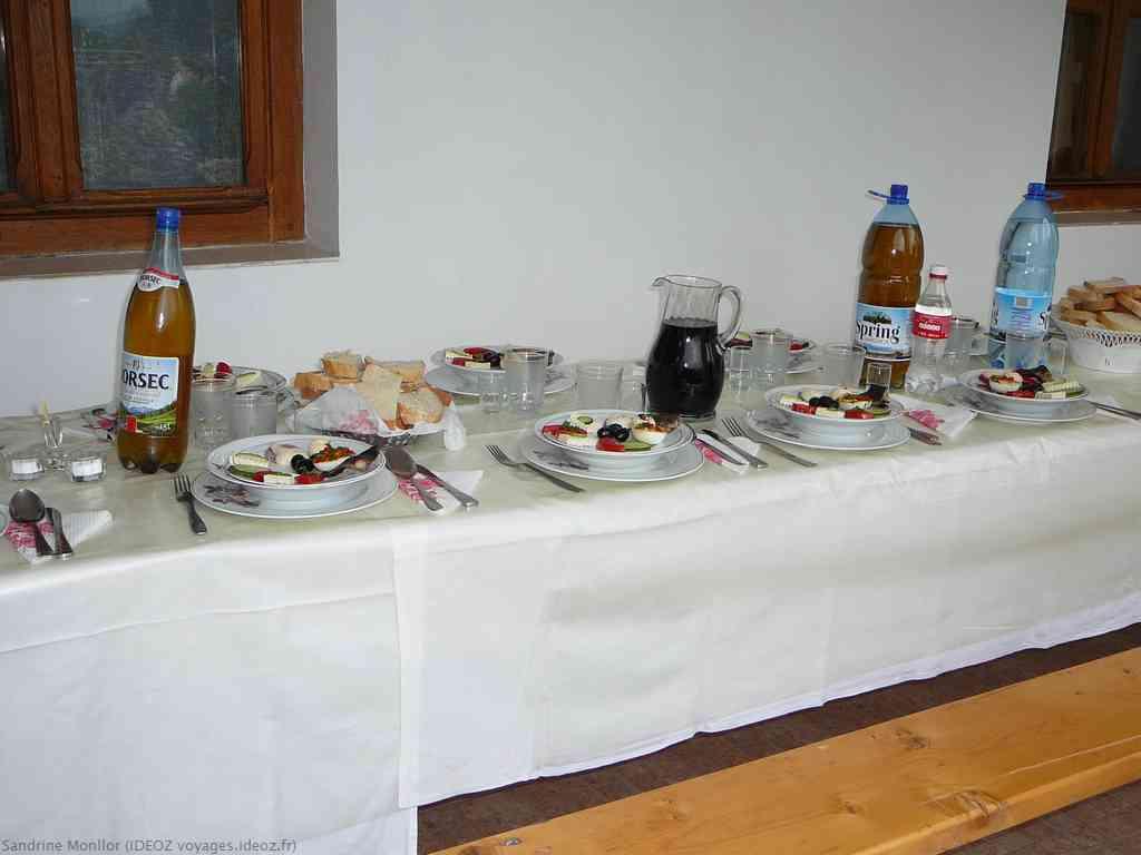 Repas pour les autorités de l'église orthodoxe et les nonnes d'Ostrov