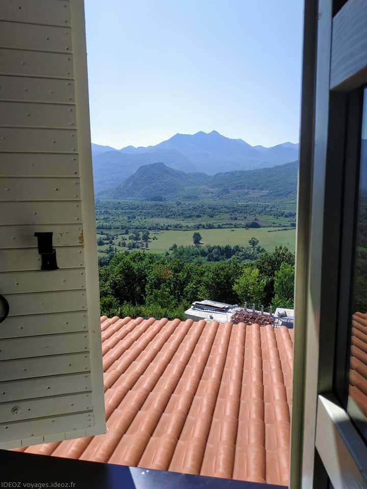 Vue sur les montagnes depuis la maison d'hôtes Badanj village