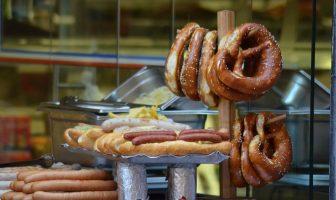 bretzels et saucisses cuisine alsacienne