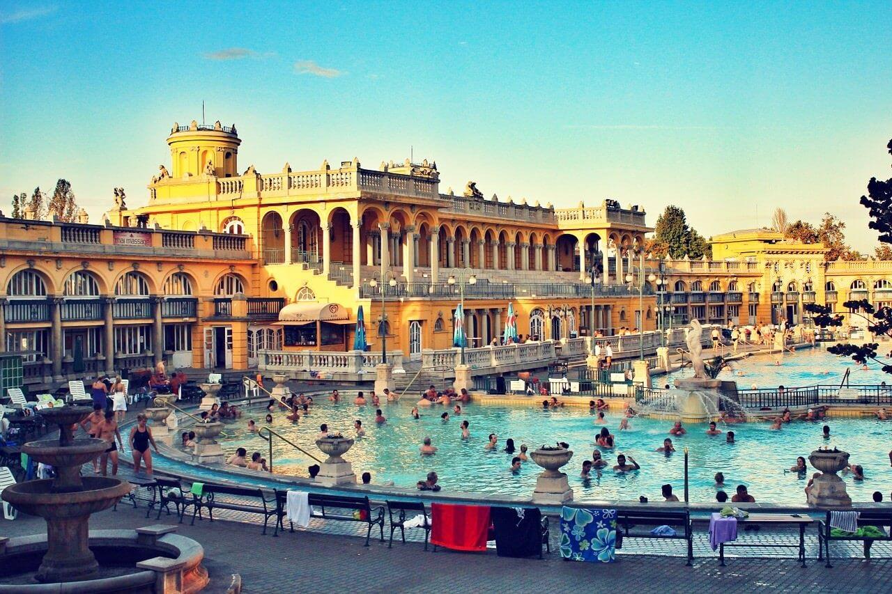 Bains schezeny à Budapest piscine extérieure