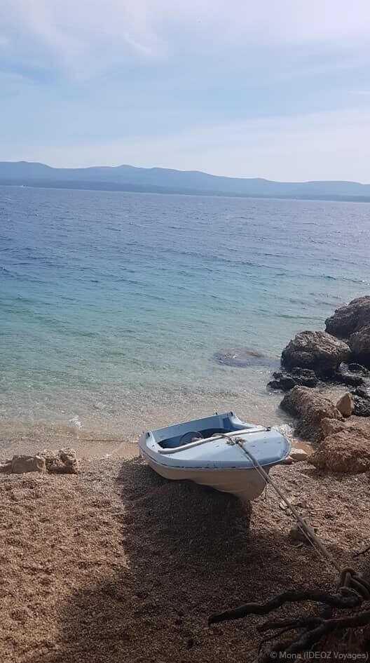 Barque sur une plage isolée de Brac