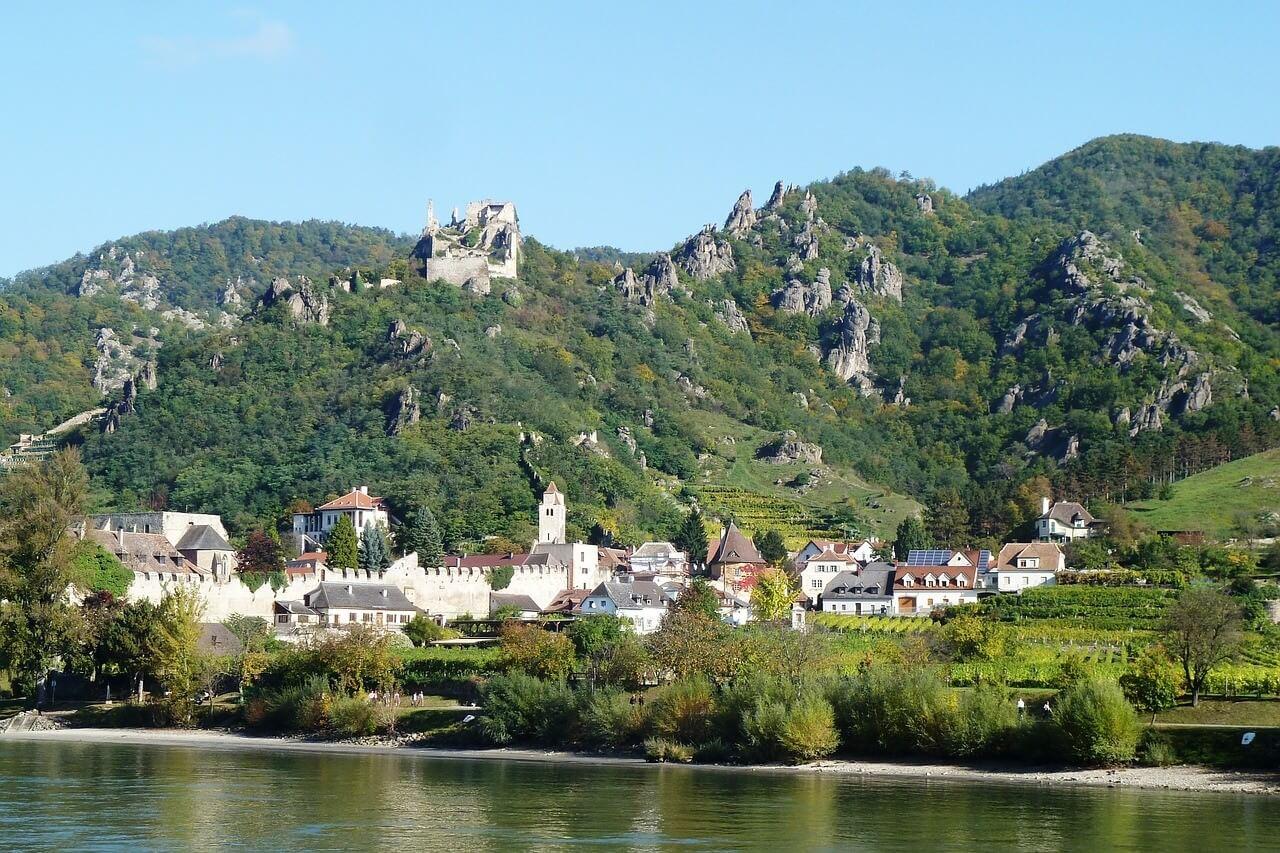 Durnstein village dominé par les ruines du chateau sur le bord du danube dans la Wachau en Autriche