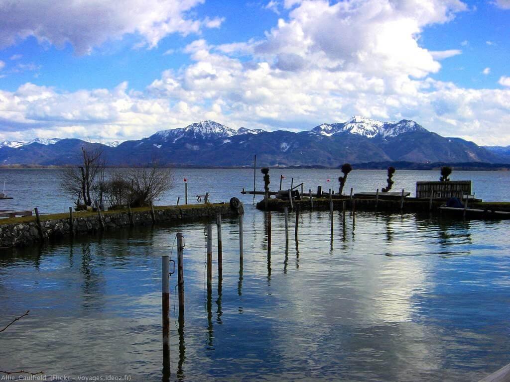 Lac Chiem dans le Chiemgau avec panorama des Alpes bavaroises