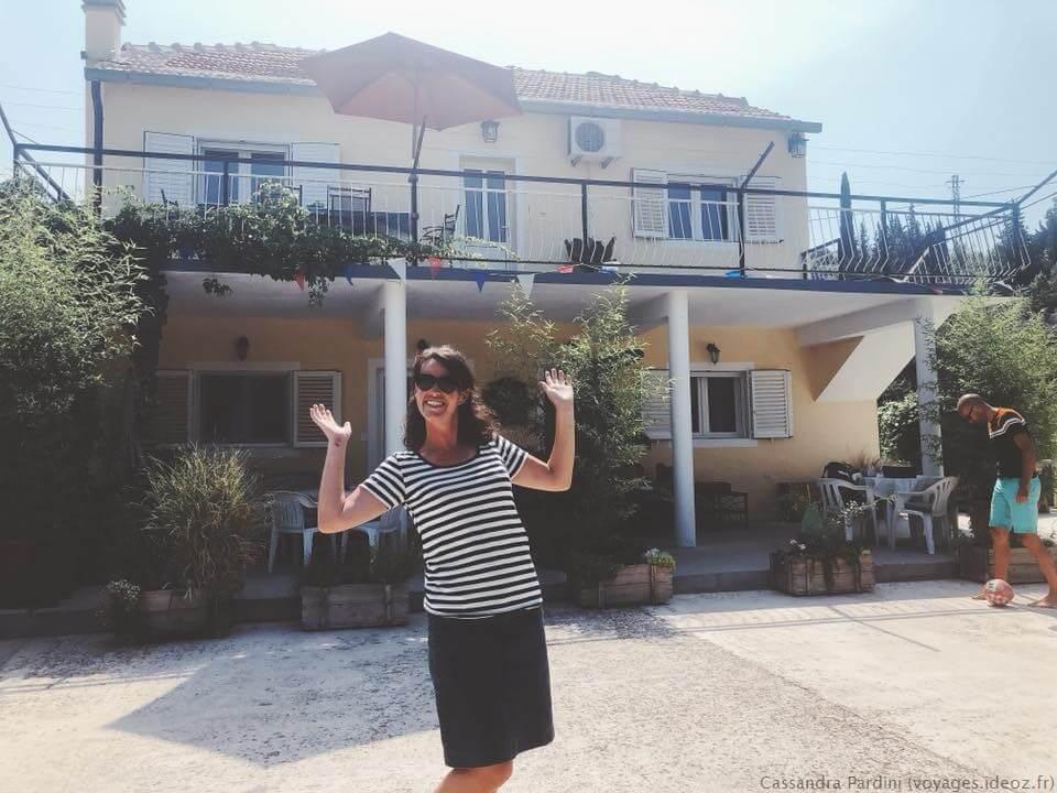 Mélanie devant la villa jozetine Bretonne en Croatie