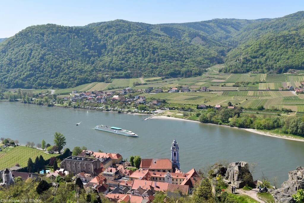 Vue sur Durnstein et la Danube vignes de la vallée de la Wachau