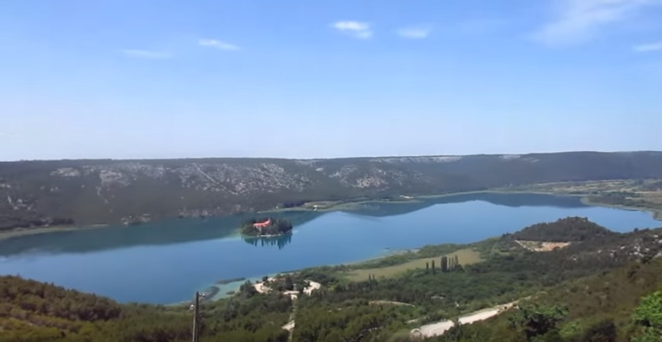 Vue sur le monastère de Visovac depuis le point de vue de Roski Slap