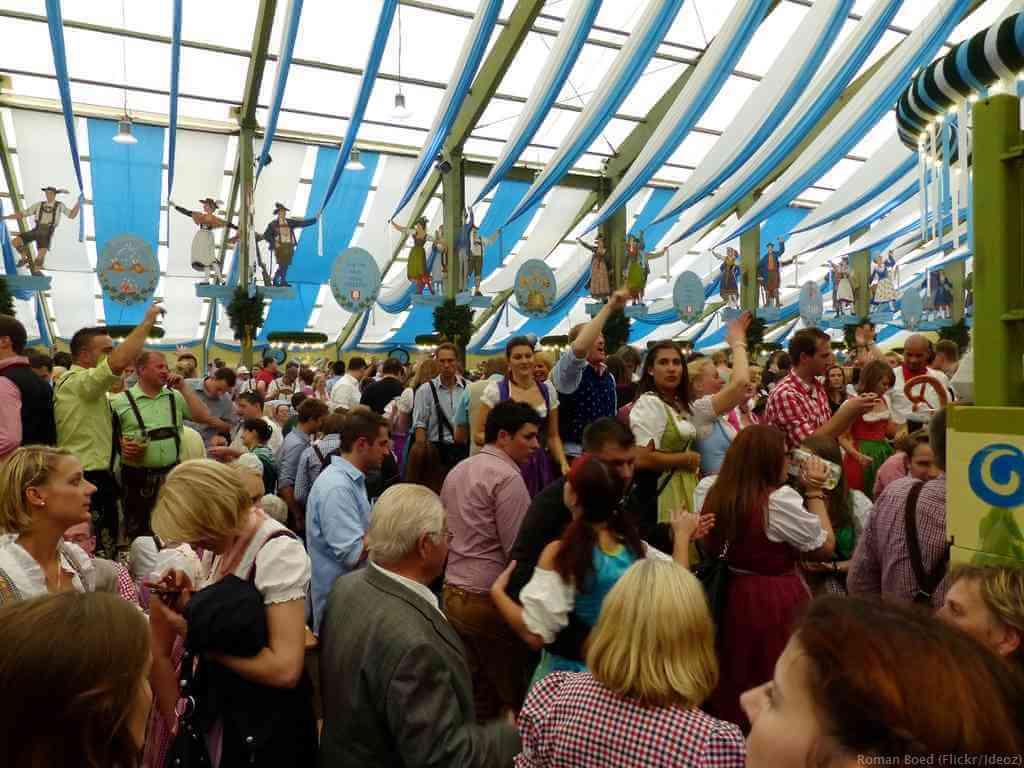 art de la fête a la bavaroise sous la tente Hofbrau d'Oktoberfest à Munich