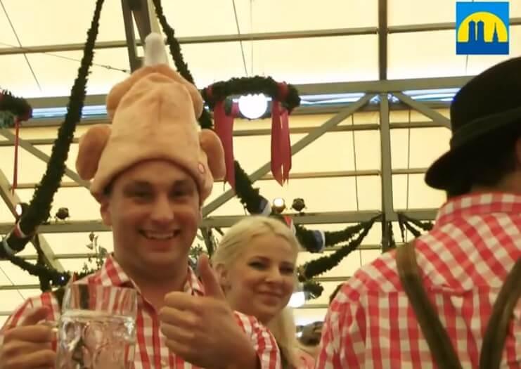 chapeau en forme de poulet lors de la Muenchener Oktoberfest