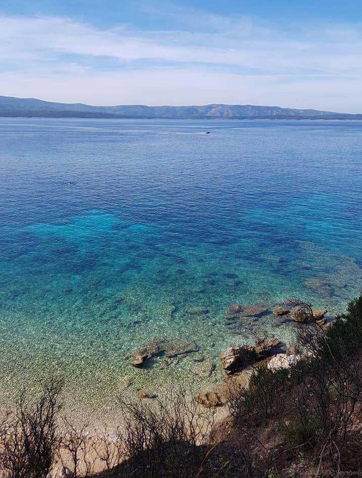 crique à l'eau translucide sur l'île de Brac