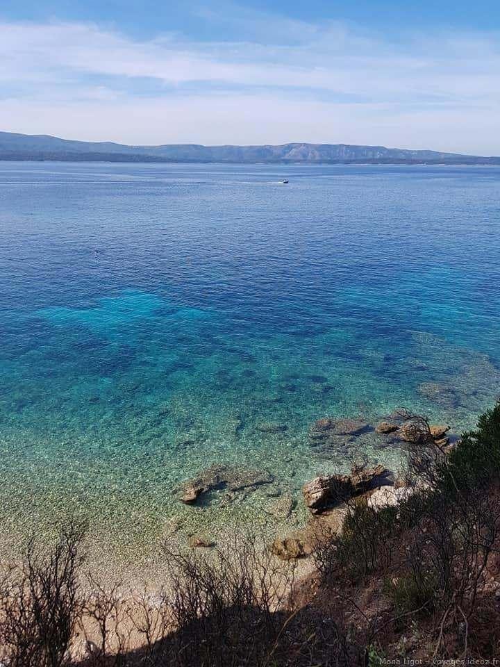 eau translucide sur l'île de Brac