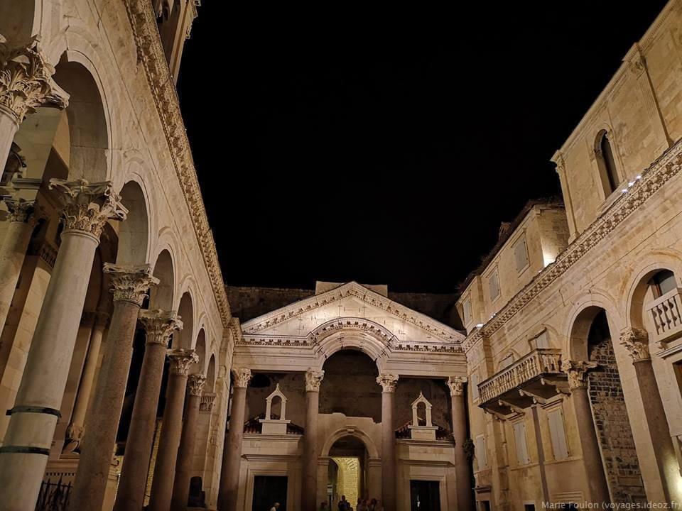 palais de Dioclétien à Split de nuit
