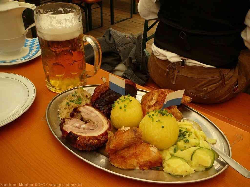 plat familial des spécialités bavaroises à Oktkoberfest