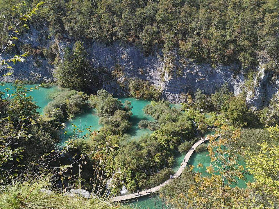 sentier des lacs inférieurs de Plitvice en septembre