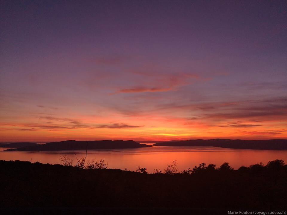 soleil couchant sur les îles en Dalmatie