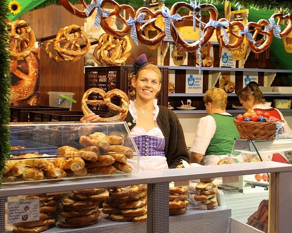 vendeuse de bretzels à Oktoberfest de Munich