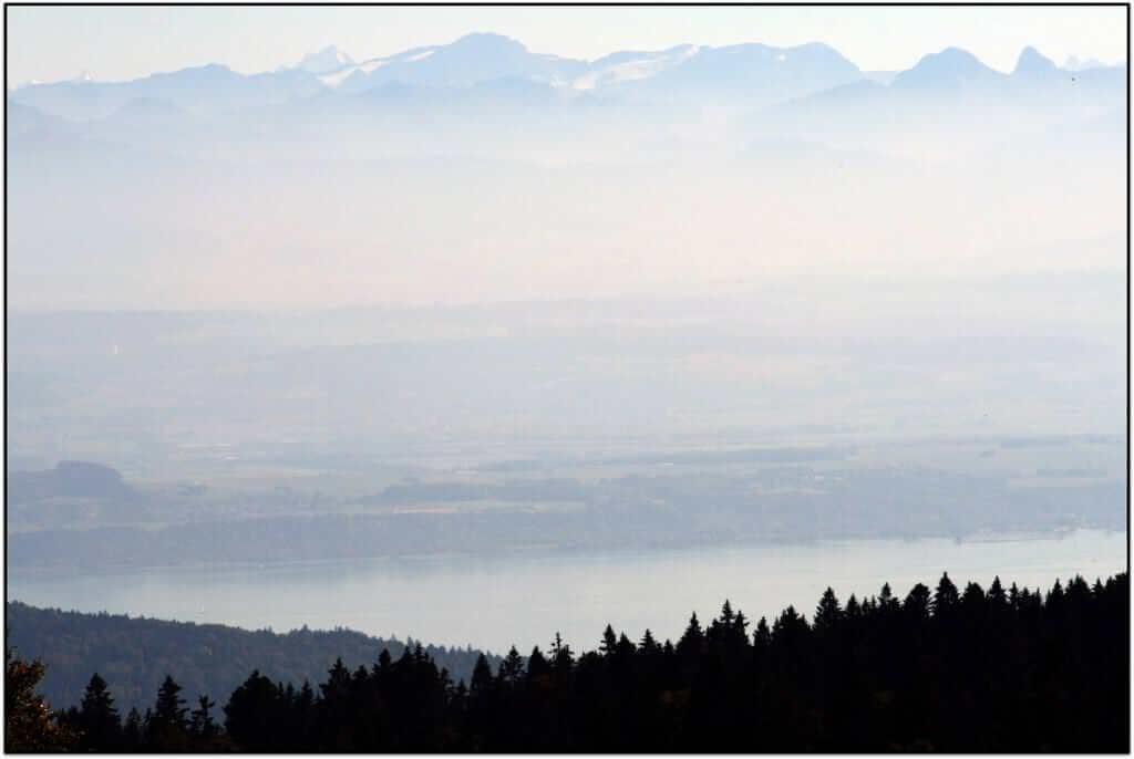 vue sur les Alpes suisses dans le brouillard