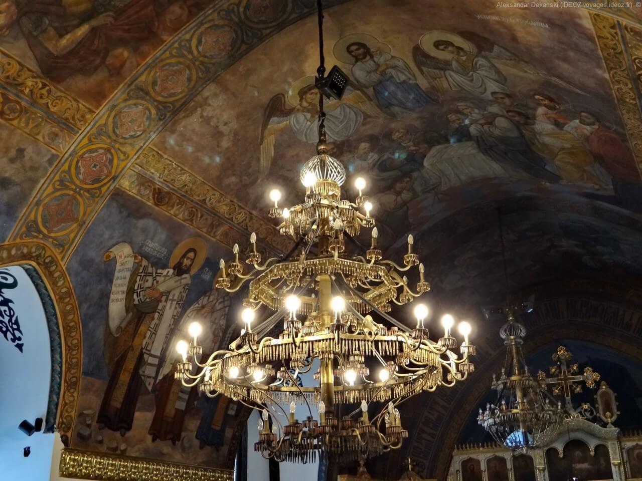 Belgrade église Ruzica Lustre constitué de munitions et d'armes utilisées pendant la 2ème guerre mondiale