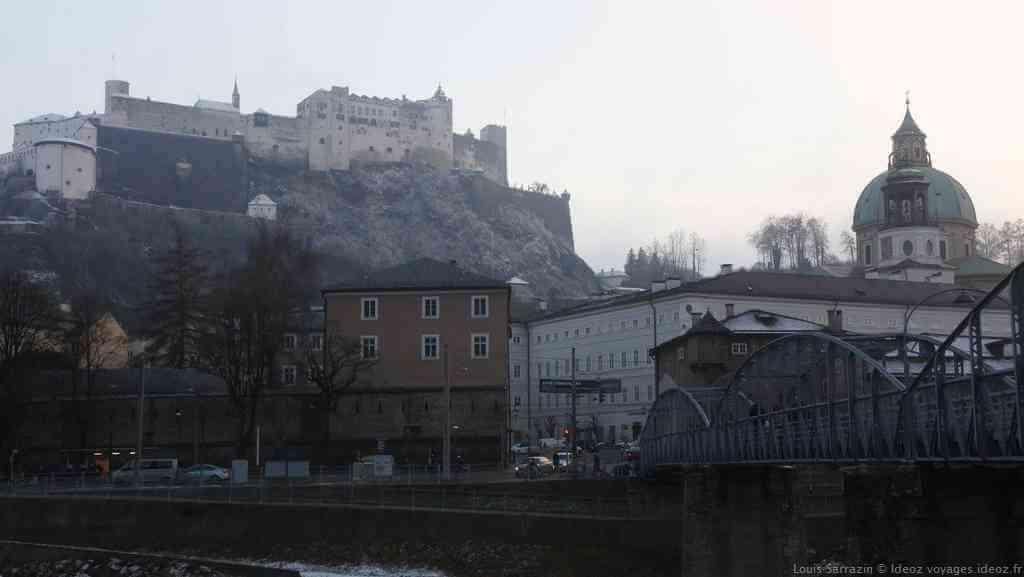 Forteresse Hohensalzburg à Salzbourg depuis le pont de Mozart sur la Salzach