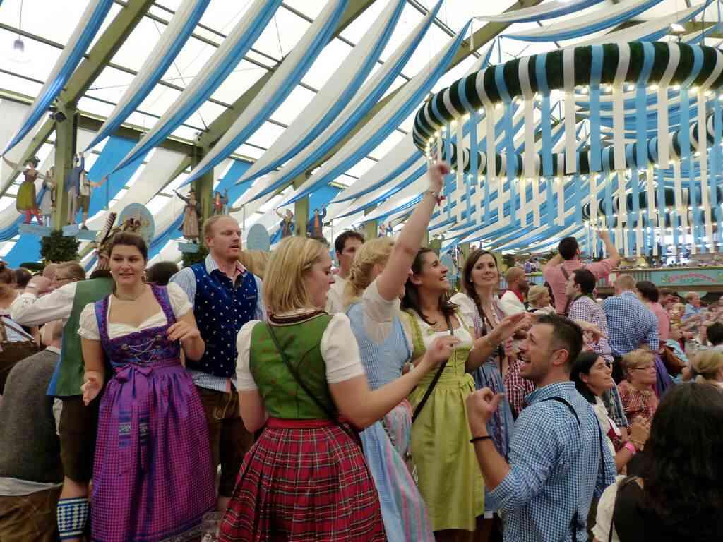 Jeunes bavarois en habits traditionnels Munchener Oktoberfest