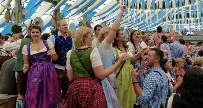 S'habiller pour l'Oktoberfest de Munich : Dirndl, Lederhose et chapeaux!