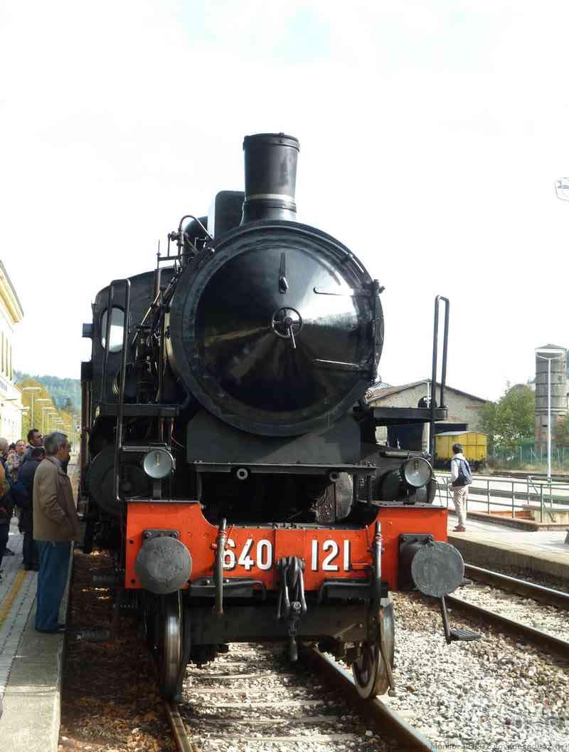 Locomotive à vapeur traversant la route des marrons de Mugello