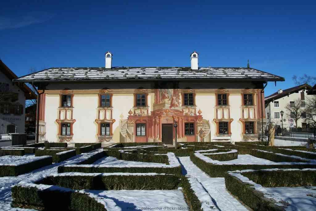 Oberammergau Pilatushaus Maison peinte en trompe-l'œil sous la neige en hiver