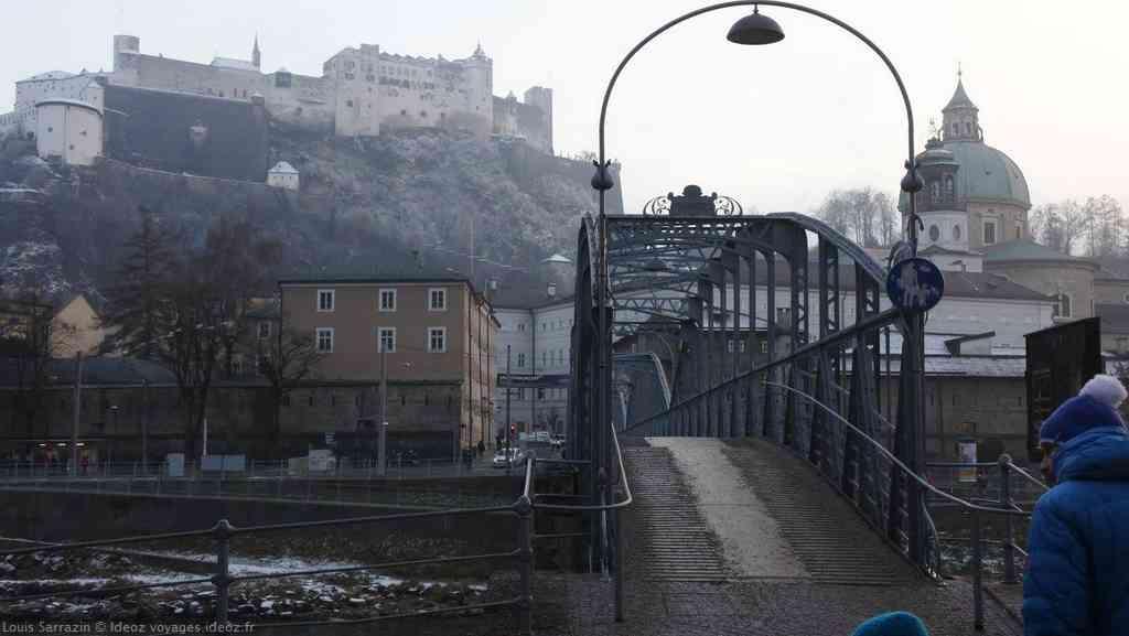 Pont et vieille ville de Salzbourg en hiver