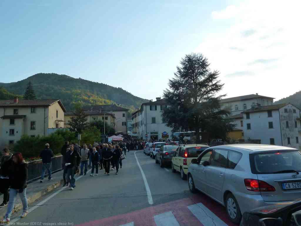 Queue dans la ville de Marradi durant la Sagra delle castagne