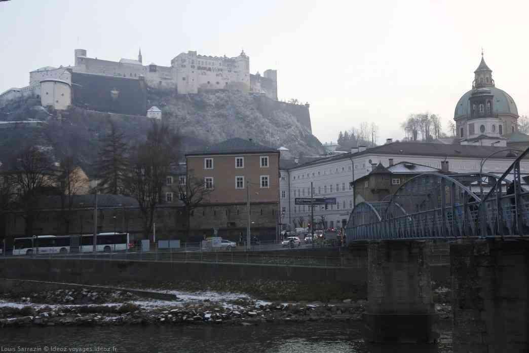 Salzburg et son chateau dans le brouillard de l'hiver