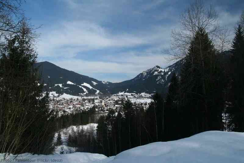 Vue d'Oberammergau en hiver depuis les montagnes