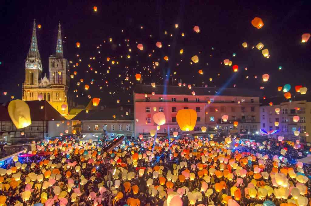 célébration des lanternes et lampions lors de na nuit de noel à Zagreb