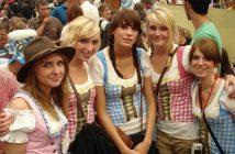 jeunes filles bavaroises en corsets bavarois typiques à Oktoberfest de Munich