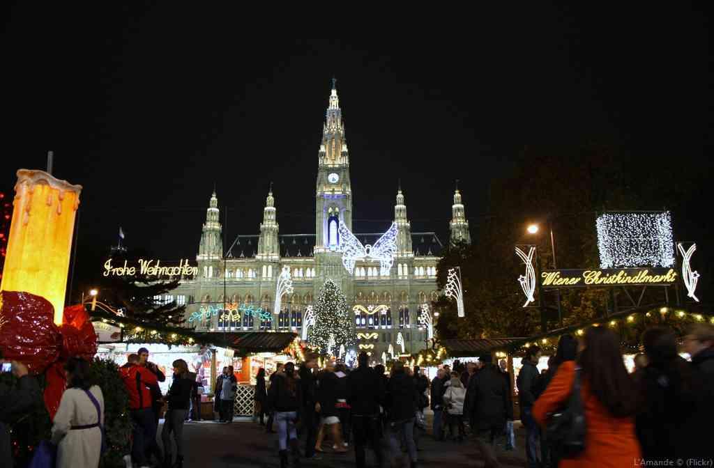 marché de noël de la place de l'hôtel de ville à Vienne