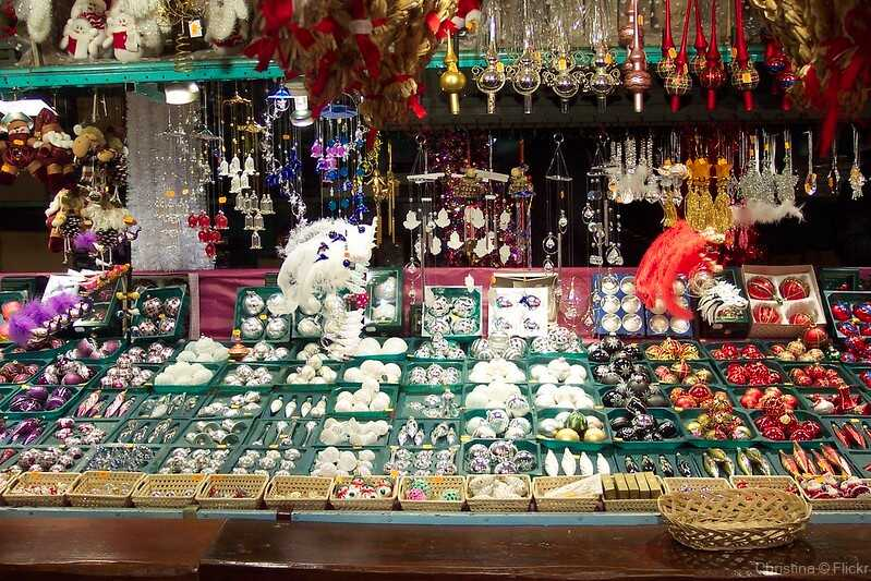 stand de décorations de noel sur le marché de noel de strasbourg