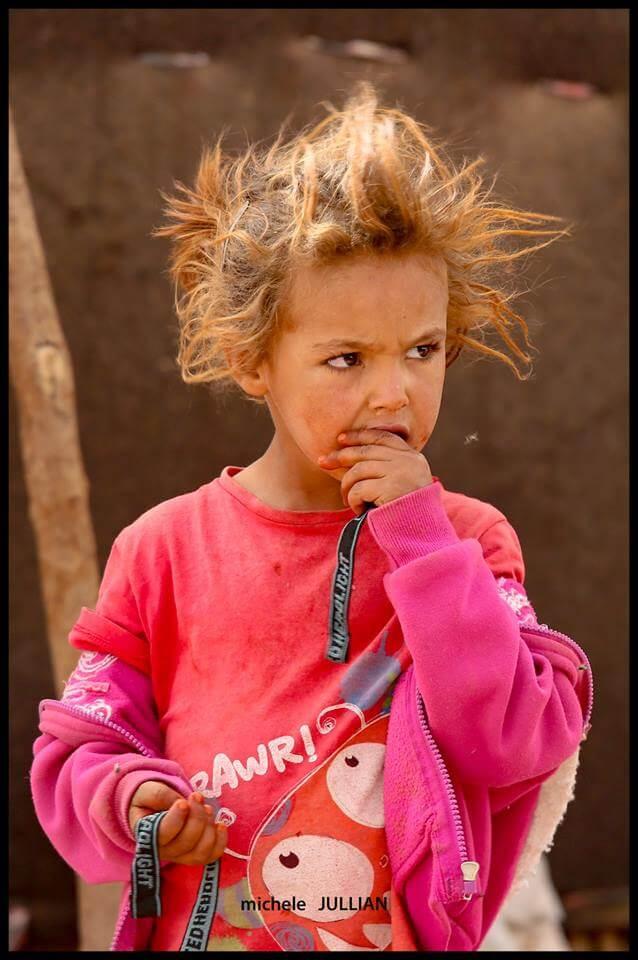Petit fille berbère croisée au Maroc