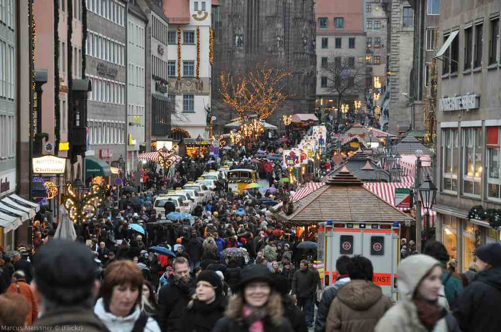Foule sur le marché de Noël de Nuremberg