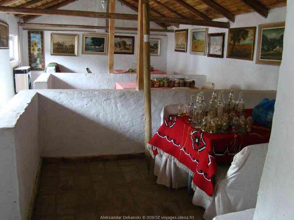 Krcedin intérieur de la vinoteka cave Milanovic en Voïvodine